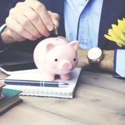 ahorrar en una cuenta bancaria o en la hucha